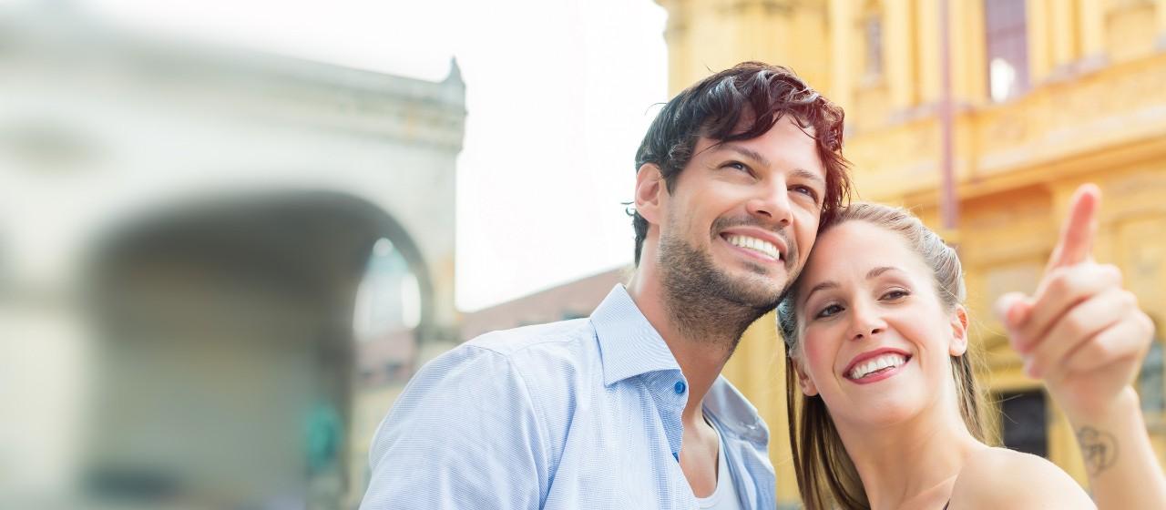 Giropaket für Neumünchner - Glückliches Paar vor Theatinerkirche in München