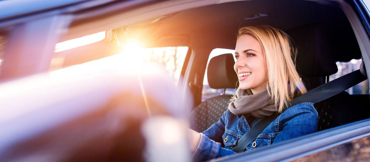 - junge Frau mit Autoschlüssel